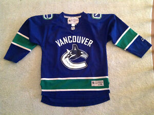 Canucks...Jersey.. Size youths L/XL