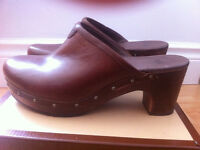 UGG AUSTRALIA BROWN LEATHER ABBIE CLOGS - SIZE 7