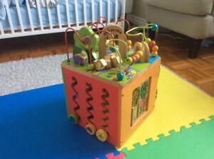 Cube d'activités en bois Zoo en fête