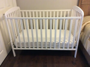 CRIB AND MATTRESS IN AMAZING CONDITION  ** PRICED TO SELL !!