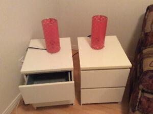 Tables de chevet et lampes