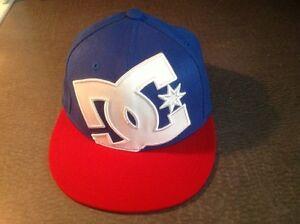 Belles casquettes, 1 grise et 1 bleu, blanc et rouge