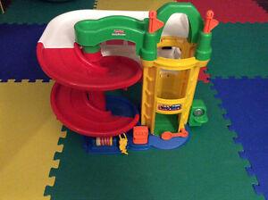 Garage jouet de marque Fisher Price Saguenay Saguenay-Lac-Saint-Jean image 1