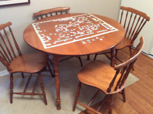 Nice round extendable diningroom table and four chairs $100.00