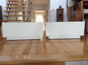 2 tables de chevet blanches en bois avec tiroir