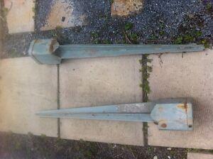 2 pieux pour poteaux de clôture