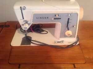 SINGER SEWING MACHINE VINTAGE WITH CABINET GOOD CONDITION