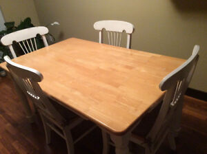 Solid wood dining table set including matching chairs (4)