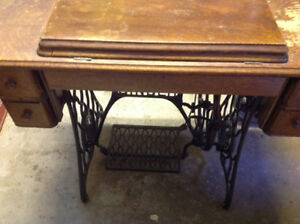 SINGER TREADLE MACHINE - 1910 - REDUCED