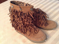 GIRLS MOCCASIN BOOTS SIZE 13-1 (EUR 33)