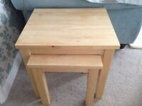 NEST OF TWO OCCASIONAL TABLES IN SOLID LIGHT OAK.