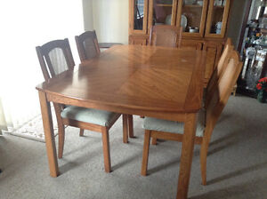 Dining Room Table & 5 Chairs & Hutch