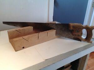 Boîte a onglets en bois avec scie