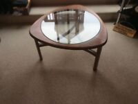 GLASS TOP ROUND COFFEE TABLE.