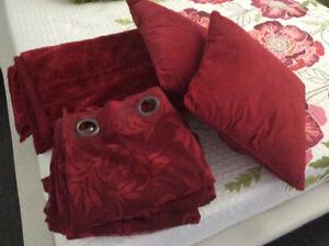 2 coussins et une jette   4 rideau. rouge