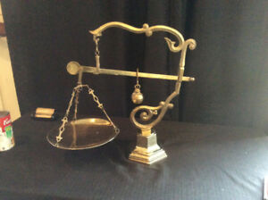 ANTIQUE ET DECORATIVE MDCV SOLID BRASS BALANCE SCALE