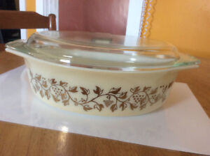 """Pyrex promotional """"Golden Grapes"""" casserole with cover -  1950"""