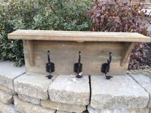 Patères en bois de grangemavec crochets en fer forgé.