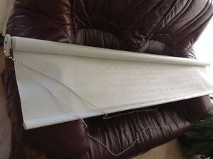 store opaque blanc avec ferronnerie 62 pouces hors tout