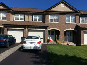 Executive Townhouse Russell Lake West minutes from all amenities