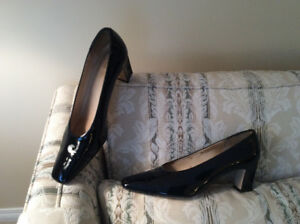 Size 12 2A - Black patent pump – Like new