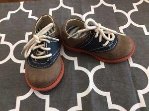 Size 4 toddler boys Osh Kosh dress shoes- like new.