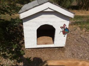 WHITE WOOD DOG HOUSE
