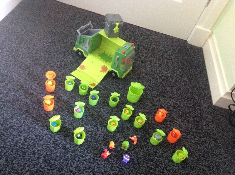 Trash pack toys includes -
