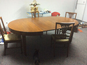 Antique dinning room set with with 3 leafs and hutch Cornwall Ontario image 2