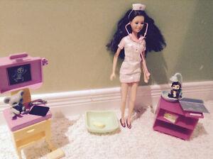 Barbie vétérinaire et bureau de Barbie