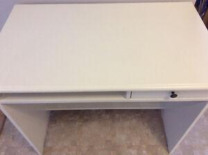 Bureau blanc Ikea d'une valeur de 100$