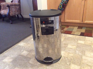 Kitchen step-on garbage can