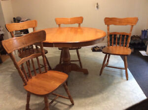 Dinning Table 2 Leaves and 4 chairs