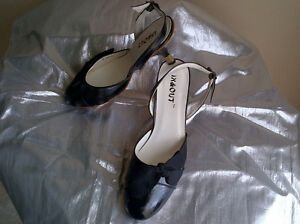 Two pairs of very nice women's shoes size 9.5 Windsor Region Ontario image 4