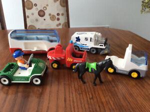 Playmobil, 5 véhicules, chevaux, 8 personnages, autobus etc...