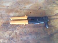 Pop rivet gun