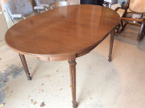 Extendable Canadian made table $50.00