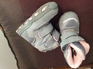 Toddler girl boots size 8 (or 6, print is small )