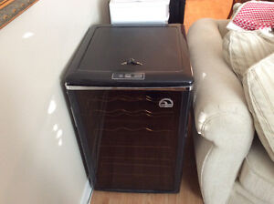 IGLOO FRW700 Lockable Wine Fridge with thermostat Controls.