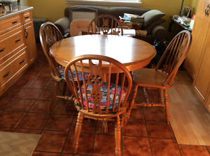 Round oak dining table with 1leaf& 4 chairs