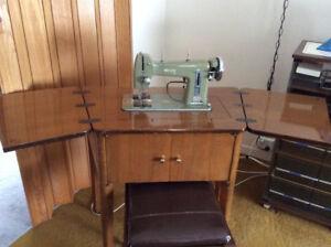 Machine à coudre Necchi avec meuble