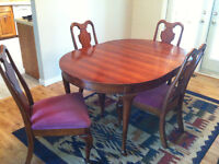 DINING ROOM TABLE, 4 CHAIRS, HUTCH AND MIRROR