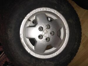 Pneus d'hiver  et jantes de Jeep P225/75 R15 (4)