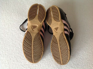 Girls' adidas indoor soccer shoes (size 2) Oakville / Halton Region Toronto (GTA) image 2