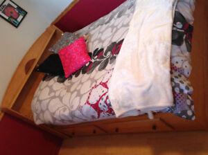 Ensemble de chambre à coucher avec lit double en bois massif