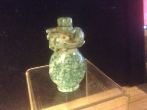 ANTIQUE CHINESE JADE SNUFF BOTTLE IN TOP CARVED LIZARD