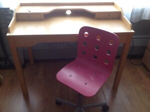 Ikea desk and ikea chair for sale/a vendre