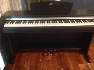 yamaha arius electric piano ydp-135 with bench plus some books