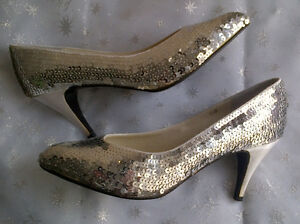 Two pairs of very nice women's shoes size 9.5 Windsor Region Ontario image 2