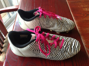 Size 5 Adidas soccer cleats shoes souliers